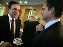 <p>Lorenzo Bini Smaghi con il governatore della Banca d'Italia Mario Draghi alla sede della Bce a Francoforte in una foto del 2 febbraio 2006. REUTERS/Kai Pfaffenbach</p>