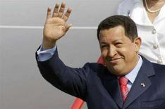 <p>Уго Чавес выходит из самолета в аэропорте Внуково 2, 22 июля 2008 года. Президент Венесуэлы Уго Чавес во вторник прибыл в Россию, надеясь заключить контракты в сфере энергетики и вооружений, а также найти с Москвой общие подходы в критике США. (REUTERS/Denis Sinyakov)</p>