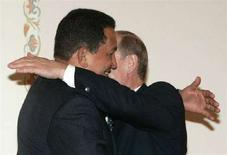 <p>Российский премьер-министр Владимир Путин (справа) и президент Венесуэлы Уго Чавес в подмосковном Ново-Огарево 22 июля 2008 года. Харизматический лидер Венесуэлы Уго Чавес во вторник по-братски пообщался с Владимиром Путиным и иронически отозвался о разговоре с формальным главой государства Дмитрием Медведева, назвав того излишне многословным. (REUTERS/Alexander Natruskin)</p>