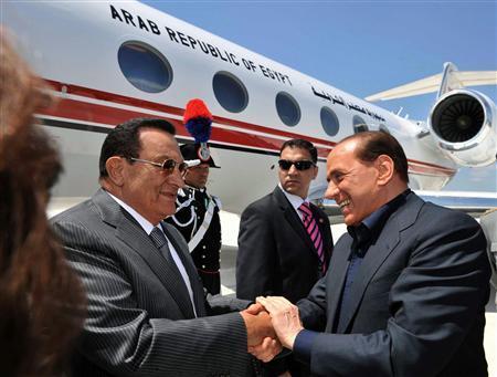 Italian Prime Minister SIlvio Berlusconi (R) welcomes Egyptian President Hosni Mubarak at Olbia's airport in Sardinia July 22, 2008. REUTERS/Livio Anticoli/Pool