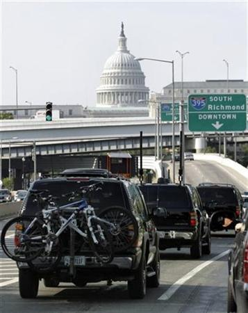 A motorcade with President George W. Bush is seen near the Capitol as Bush returns to the White House after cycling in Beltsville, Maryland, July 3, 2008. REUTERS/Yuri Gripas