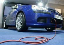 <p>Cavo elettrico collegato alla Golf 'TwinDrive', Volkswagen, durante la presentazione ufficiale a Berlino nel giugno 2008. REUTERS/Fabrizio Bensch (Germania)</p>