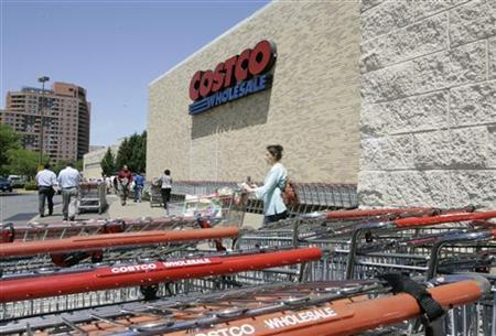 Shoppers leave after shopping at Costco Warehouse in Arlington, Virginia, May 29, 2008. REUTERS/Molly Riley