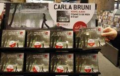 <p>Il nuovo album della first lady francese Carla Bruni-Sarkozy in un negozio di Parigi. REUTERS/Eric Gaillard (Francia)</p>