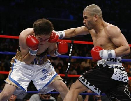 Miguel Cotto (R) from Caguas, Puerto Rico, connects to the head of Alfonso Gomez from Tustin, California during the first round in their WBA world welterweight title fight in Atlantic City, New Jersey April 12, 2008. REUTERS/Tim Shaffer