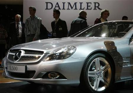 People walk around a Daimler SL 500 car during Daimler's annual shareholder meeting in Berlin, April 9, 2008. REUTERS/Fabrizio Bensch