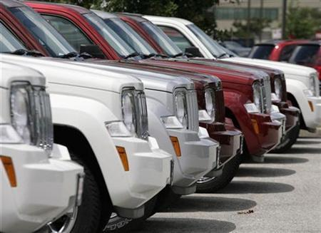 A row of new Chrysler Jeep Commander SUVs are seen at a dealership in Silver Spring, Maryland, July 1, 2008. REUTERS/Yuri Gripas