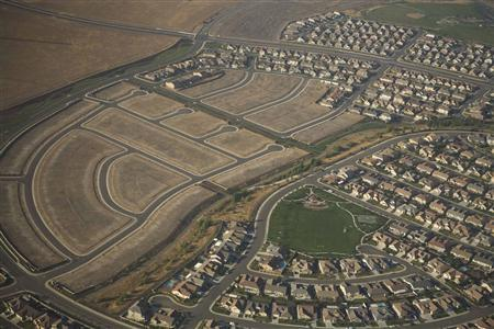 Housing developments lie unfinished on the outskirts of Sacramento July 22, 2008. REUTERS/Max Whittaker