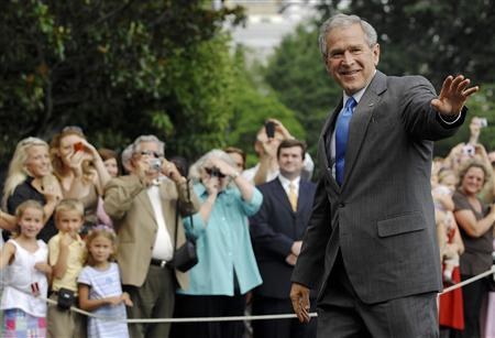 US President George W. Bush waves as he returns to the White House via helicopter in Washington, July 25, 2008. REUTERS/Jonathan Ernst