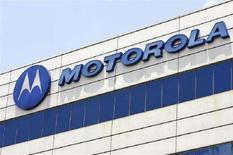 <p>Logo Motorola sulla parete di una sede a Singapore. REUTERS/Vivek Prakash (Singapore)</p>