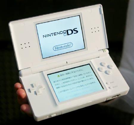 7月29日、任天堂はニンテンドーDSの違法ソフト起動機器業者5社を提訴したと発表。写真は2006年2月撮影(2008年 ロイター/Toru Hanai)