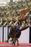 <p>Un operaio trasporta un leone d'oro, il simbolo della Mostra del Cinema di Venezia, durante i lavori di allestimento in vista dell'edizione 2007. REUTERS/Fabrizio Bensch (ITALY)</p>