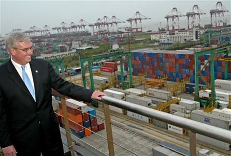 Environmental Protection Agency Administrator Stephen Johnson visits the Waigaoqiao dock in Shanghai, April 14, 2006. REUTERS/Stringer