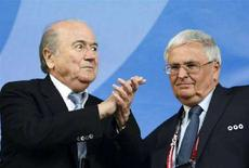<p>Президент ФИФА Блаттер перед полуфинальным матчем Евро-2008 в г. Базель, 25 июня 2008 года Международная федерация футбольных ассоциаций (ФИФА) постановила, что футбольные клубы должны отпустить игроков моложе 23 лет для участия в Олимпиаде в Пекине, которая начнется 8 августа, отклонив протесты трех европейских команд. REUTERS/Alex Grimm (SWITZERLAND)</p>