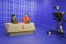 <p>Presentatori televisivi del nuovo centro di trasmissioni olimpico di China Central Television (CCTV) a Pechino. REUTERS/Claro Cortes IV</p>