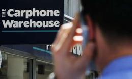 <p>Carphone Warehouse anticipe désormais moins de nouveaux abonnements pour ses services haut débit durant l'exercice en cours en raison du ralentissement de la consommation et de la baisse du nombre de déménagements. Il prévoit désormais 200.000 à 250.000 nouveaux abonnés alors qu'il anticipait auparavant 400.000 nouveaux clients. /Photo prise le 8 juin 2008/REUTERS/Luke MacGregor</p>