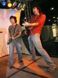 """<p>Les ventes de """"Kung Fu Panda"""" et """"Guitar Hero: On Tour"""" ont dopé les profits trimestriels de l'éditeur américain de jeux vidéo Activision Blizzard. Activision a finalisé ce mois-ci sa fusion avec Blizzard. /Photo d'archives/REUTERS/Fred Prouser</p>"""