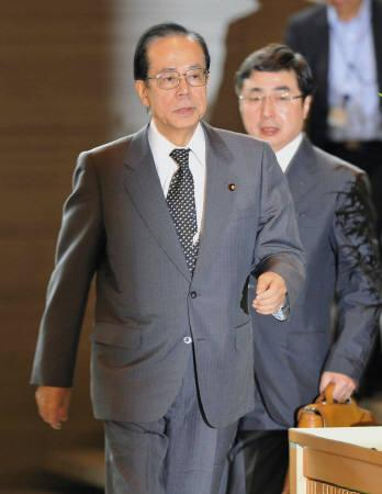 Japan's Prime Minister Yasuo Fukuda (L) arrives at his official residence in Tokyo August 1, 2008. REUTERS/Kyodo