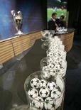 <p>Жеребьевка Лиги чемпионов УЕФА в Ньоне 21 декабря 2007 года. Результаты жеребьевки третьего квалификационного раунда Лиги чемпионов. (REUTERS/Denis Balibouse)</p>