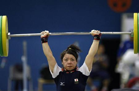 Japan's Hiromi Miyake takes part in a weightlifting training session ahead of the Beijing 2008 Olympic Games August 2, 2008. REUTERS/Issei Kato