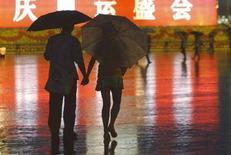 <p>Una coppia sotto la pioggia in piazza Tienanmen a Pechino. REUTERS/Gil Cohen Magen (CHINA) (BEIJING OLYMPICS 2008 PREVIEW)</p>