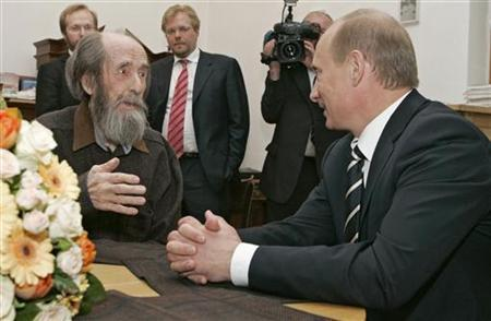 Russia's President Vladimir Putin (R) and Alexander Solzhenitsyn talk as president visits his home in Troitse-Lykovo in Moscow, June 12, 2007. REUTERS/RIA Novosti/Kremlin