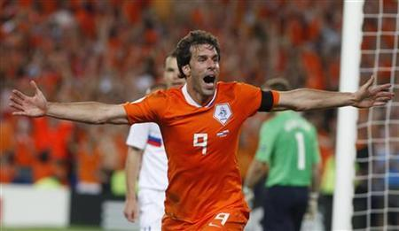 Netherlands' Ruud van Nistelrooy celebrates his goal during their Euro 2008 quarter-final match against Russia at St Jakob Park stadium in Basel, June 21, 2008. REUTERS/Jerry Lampen