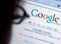 <p>Un navigatore del web a Pechino consulta il sito cinese di Google. REUTERS/Stringer</p>