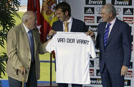 Real Madrid great Alfredo Di Stefan, Real Madrid's president Ramon Calderon ( R ) and Real Madrid's new signing Rafael Ferdinand Van Der Vaart (C ) of the Netherlands attend Van Der Vaart's presentation at the Santiago Bernabeu stadium in Madrid, August 5, 2008. REUTERS/Juan Medina