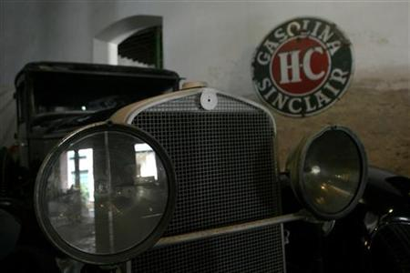 A Packard 1932 car stands parked at Havana Cars Museum May 18, 2008. A Canadian couple is seeking to sell the rights to the defunct luxury auto-maker Packard along with a high-end prototype car, with the hopes of resurrecting the legendary brand. REUTERS/Enrique De La Osa
