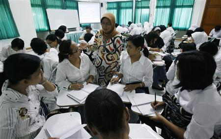Indonesian workers learn Japanese culture on the outskirts of Jakarta August 4, 2008 before their departure to work as nurses in Japan. REUTERS/Crack Palinggi