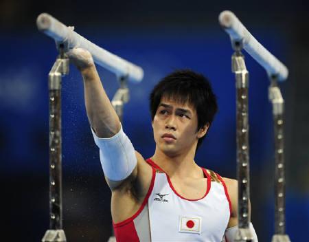 8月6日、北京市内にある国家体育館で練習を行う体操男子日本代表の冨田洋之(2008年 ロイター/Dylan Martinez)