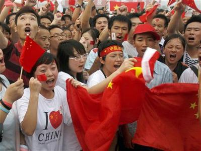 People shout slogans praising China during a morning flag-raising ceremony at Tiananmen Square in Beijing August 8, 2008. REUTERS/Gil Cohen Magen