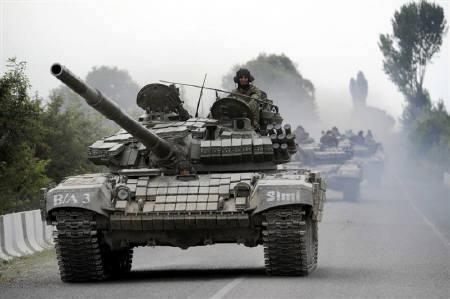 8月8日、国連安保理は南オセチアでの戦闘停止を呼びかける声明で合意できず。写真はツヒンバリの路上を進むグルジア軍車両(2008年 ロイター/Irakli Gedenedze)