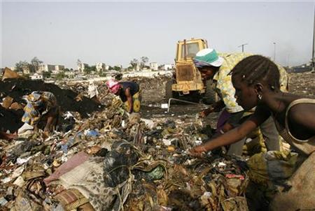 Ivorian people search for materials to recycle at a rubbish dump in Adjame, Abidjan, April 21, 2008. Tens of thousands of people in Ivory Coast are still suffering serious health problems two years after toxic waste was dumped there, a United Nations human rights expert said on Friday. REUTERS/Luc Gnago