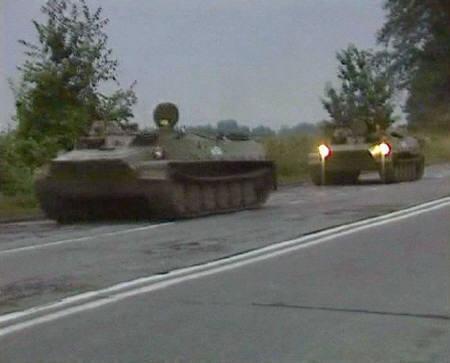8月8日、グルジアからの分離独立を主張している南オセアチア自治州のプレスサービスは、ロシア軍の戦車が州都ツヒンバリ北部に侵入したと発表。写真は同州に向かうロシア軍車両のビデオ画像。Vladikavkaz近郊で(2008年 ロイター/Reuters TV)