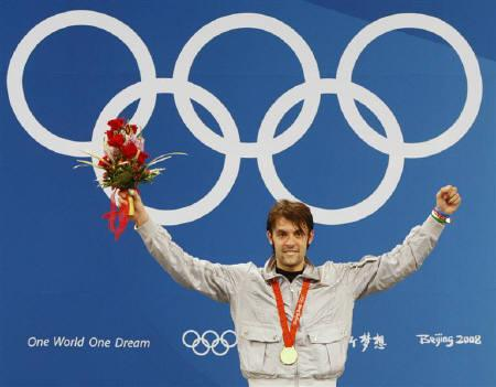 Matteo Tagliariol of Italy waves at the podium after winning the men's individual epee fencing final at the Beijing 2008 Olympic Games, August 10, 2008. REUTERS/Alessandro Bianchi