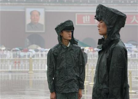 Paramilitary policemen stand in heavy rain at Tiananmen Square in Beijing, August 10, 2008. REUTERS/Nir Elias