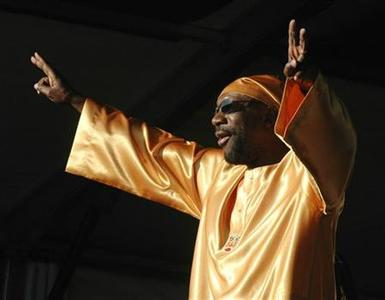 Isaac Hayes greets the audience at the start of his performance on the final day of the 36th annual New Orleans Jazz & Heritage Festival, May 1, 2005. REUTERS/David Rae Morris