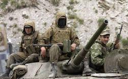 <p>Российский танк двигается к Рокскому туннелю 11 августа 2008 года. Военный конфликт между Россией и Грузией, вторгшейся в минувшую пятницу на территорию вышедшей из под контроля Тбилиси Южной Осетии, выплеснулся за пределы мятежного региона. (REUTERS/Vasily Fedosenko)</p>