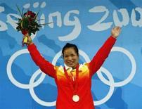 <p>Китаянка Чэнь Яньцин радуется золотой медали в тяжелой атлетике, завоеванной в Пекине 11 августа 2008 года. Китаянка Чэнь Яньцин стала первой среди тяжелоатлеток в весовой категории до 58 килограммов, завоевав сегодня еще одну золотую медаль для своей команды. (REUTERS/Oleg Popov)</p>