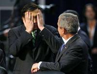 <p>Президент Грузии Михаил Саакашвили (слева) во время разговора с главой США Джорджем Бушем на саммите НАТО в Бухаресте 3 апреля 2008 года. Президент США Джордж Буш потребовал от Москвы прекратить военные действия в Грузии и обвинил Кремль в попытке свергнуть власть в этом закавказском государстве. (REUTERS/Kevin Lamarque)</p>