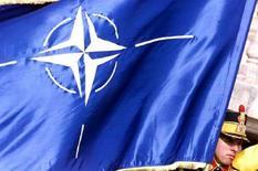 <p>Румынский солдат держит в руках флаг НАТО на саммите альянса в Бухаресте 2 апреля 2004 года. Встреча послов стран-членов Организации Североатлантического договора с представителем РФ не состоится во вторник, сообщила представитель НАТО Кармен Ромеро. (REUTERS/Bogdan Cristel)</p>