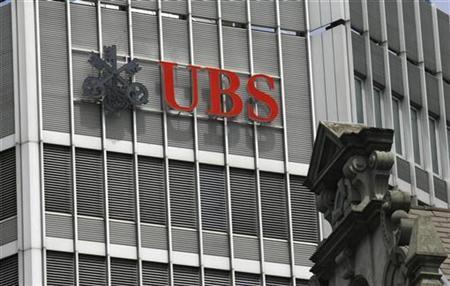 The logo of Swiss bank UBS is seen on a building in Zurich July 8, 2008. REUTERS/Arnd Wiegmann