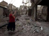 <p>Женщина у руин своего дома в Цхинвали 12 августа 2008 года. Около 100.000 человек были вынуждены покинуть свои дома из-за войны в Грузии, сообщило Агентство ООН по делам беженцев (UNHCR). (REUTERS/Vasily Fedosenko)</p>