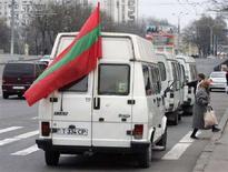 """<p>Автомобиль с флагом Приднестровья накануне президентских выборов в Молдавии в Тирасполе 9 декабря 2006 года. Приднестровье, отколовшееся от Молдавии в начале 1990-х годов одновременно с выходом Абхазии и Южной Осетии из-под контроля Тбилиси, заявило об отказе от контактов с Кишиневом до тех пор, пока тот не осудит """"агрессию Грузии"""", говорится в сообщении внешнеполитического ведомства самопровозглашенной республики. (REUTERS/Gleb Garanich)</p>"""