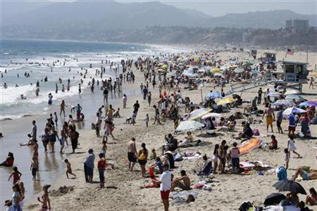 People crowd the beach during a heatwave in Santa Monica, California, June 23, 2008. REUTERS/Lucy Nicholson