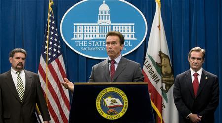 California's Governor Arnold Schwarzenegger (C), Director of Department of Finance Mike Genest (L) and Director of Department of Personnel Administration Dave Gib take part in a news conference at the State Capitol in Sacramento, California July 31, 2008. REUTERS/William Foster/Office of Governor Schwarzenegger/Handout
