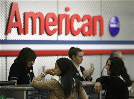 American Airlines passengers at the ticket counter at Chicago's O'Hare International, Airport April 10, 2008. REUTERS/John Gress