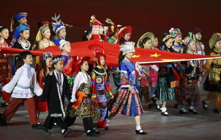8月15日、北京五輪組織委員会は五輪開会式で中国各地のさまざまな民族衣装を着た子どもたちが行ったパフォーマンス(写真)について、実際には民族衣装と子どもの出身地に関係がなかったことを認めた。8日撮影(2008年 ロイター/Mike Blake)